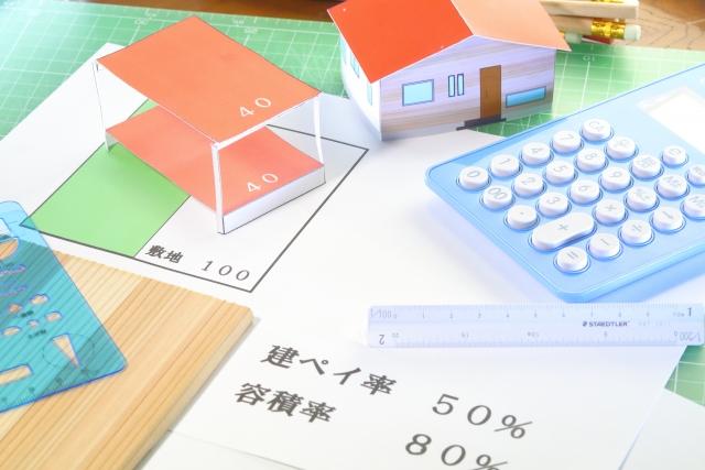 しかしながら、現実には用途地域と呼ばれる規制によって、建てられる建物は制限され、違反すると罰則もあります。